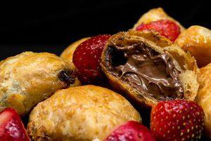Søde butterdejsbidder med hasselnøddepraline og jordbær